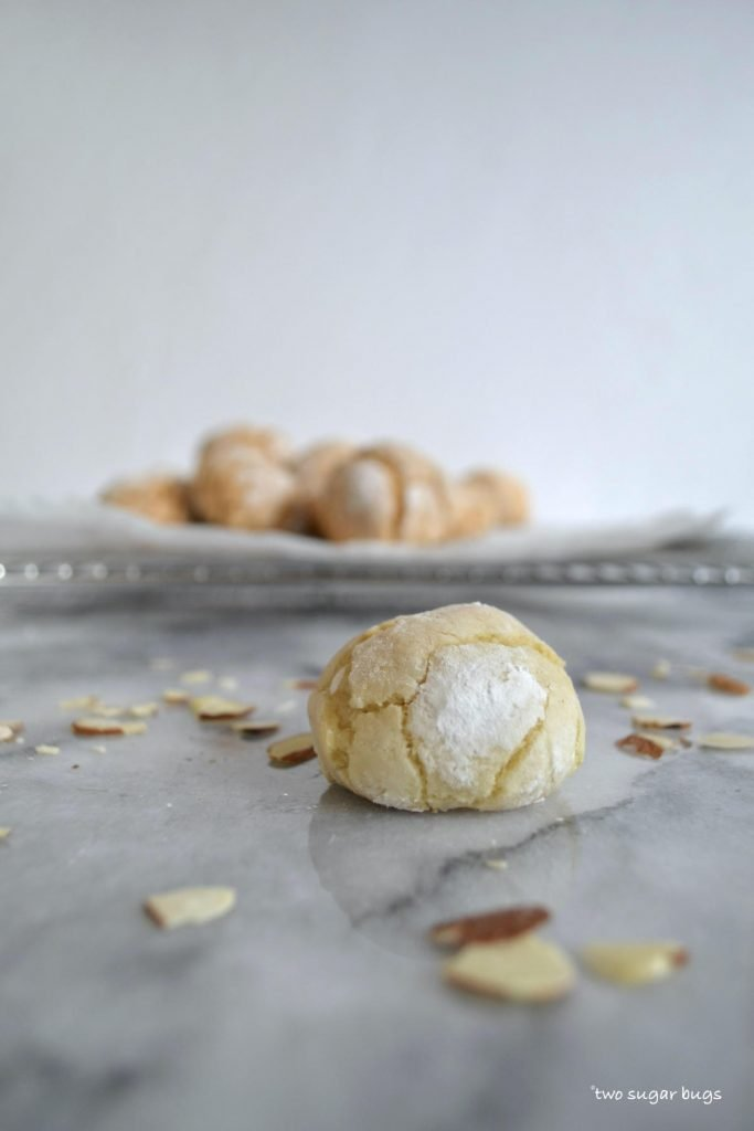 up close photo of an amaretti cookie